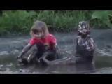 Деревенский АкваПарк)).Купание в грязи (смешное видео, хорошее настроение, юмор, дети, девочки, грязевые ванны, мама, мать).