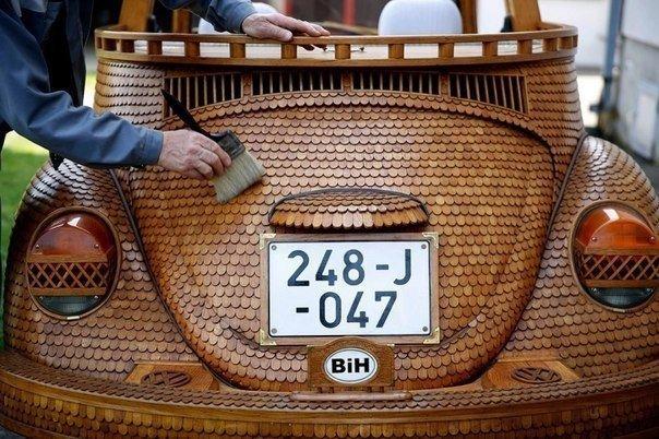 Пенсионер из Боснии сделал точную копию Фольксвагена Жука из 50000 кусочков дерева 71-летний пенсионер из Боснии по имени Момир Бойик, который обшил свой любимый Фольксваген Жук 50000 отельных