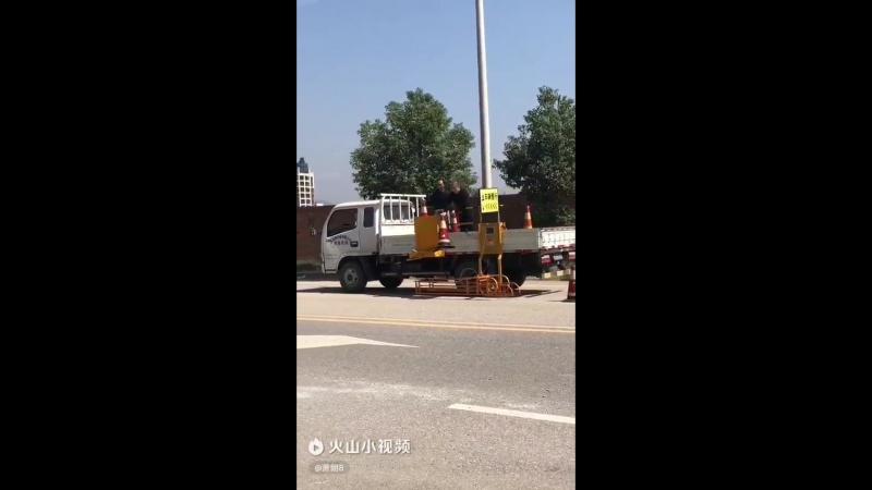 Прикольная расстановка дорожных конусов Видео прикол