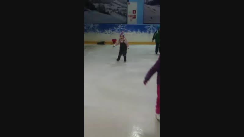 Мила твердо стоит на коньках