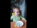 аленка ест яблоки