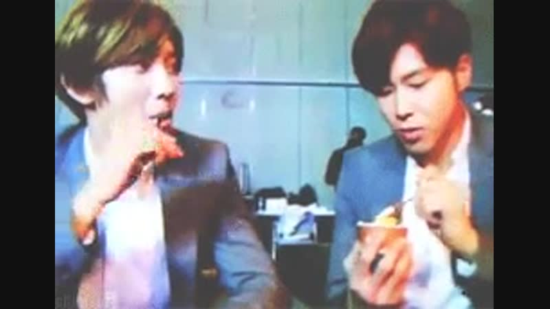 How Changmin eats ice cream when he is looking at Yunho