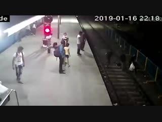 В Мумбаи мужчина погнался за вором и попал под поезд