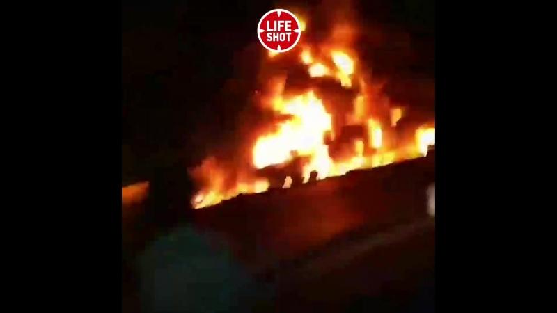 Terrible accident en Iran. Un bus de passagers sest écrasé dans un camion-citerne à essence. 20 morts