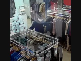 В Кирове художник в маске испортил платья своим конкурентам