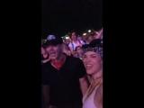 Дэннил, Дженсен и Стив Карлсон смотрят выступление Пола Маккартни на фестивале ACL 2018 (прямая трансляция Дэннил на Инстаграме)