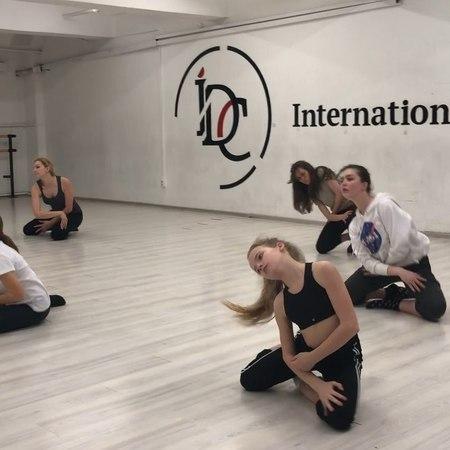 "Кристина Маурер/KristinaMaurer on Instagram: ""lesson with @timofeypendik idc_center horeographer horeography dancer contemorary cool fun"""