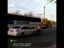 В Астрахани неадекват устроил батл с автобусом и легковушкой