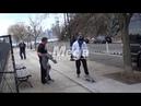 Justin Bieber e Hailey Bieber em uma pista de skate em New Jersey