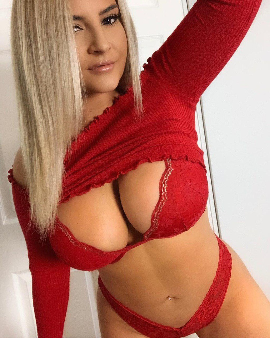 Blonde hottie really needs to cum