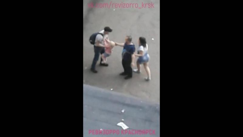 Мужчина напал на женщину.1
