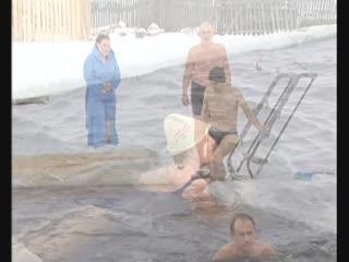 Зимнее развлечение с горки в прорубь
