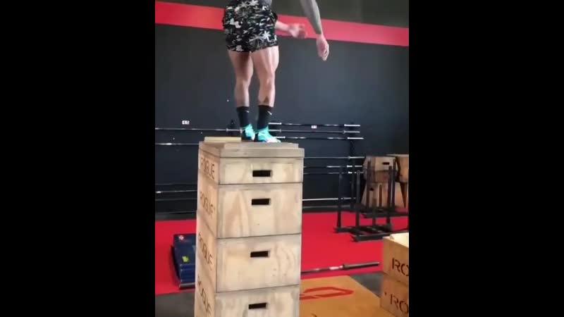Strength of Body Парень запрыгивает на ящики высотой в его рост