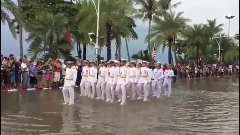 Русские моряки маршируют в Таиланде по щиколотку в воде