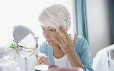 Травмы головы могут привести к кровотечению кровеносных сосудов в глазу.