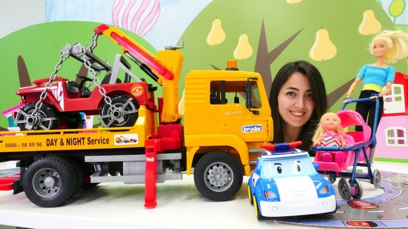 Barbie ve Sevcan. Robocar Poli yaya geçidindeki arabaları çektiriyor