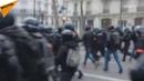 Un Gilet jaune tenant un drapeau français se fait piétiner par les forces de lordre