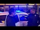В Киеве на Крещатике неадекватный парень бегал по дороге бросался на людей и расплакался