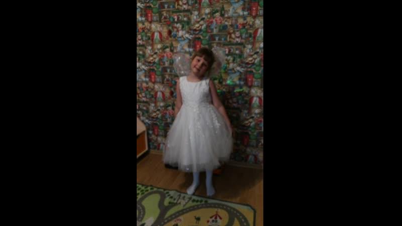 22-04-2019 Настя готовится к завтрашнему спектаклю в саду Муха-Цокотуха. Настя - белая стрекоза.