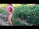 Тверк юной школьницы на природе вертит попой в коротких шортах