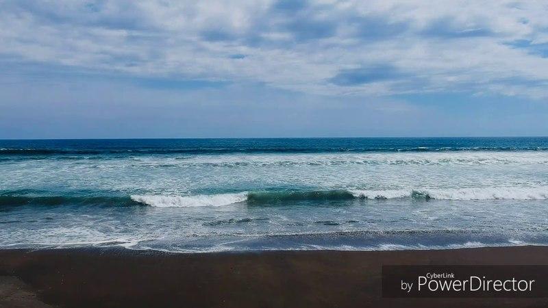 Дикие серфингские пляжи с вулканическим песком, яркая зелень пальм и мощь Тихого океана..
