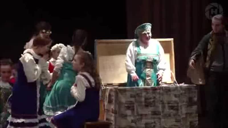 Елена Ручеёк в спектакле Страшное гадание сцена с сундуком Театр студия ТСФ ДК Исток