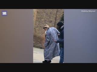Кара Делевинь и Эшли Бенсон танцуют на Sloane Square в Лондоне.