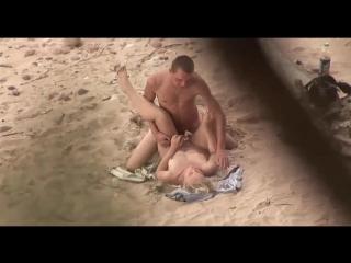 Молодые  люди занимаются сексом на пляже, не зная что их снимают на скрытую камеру