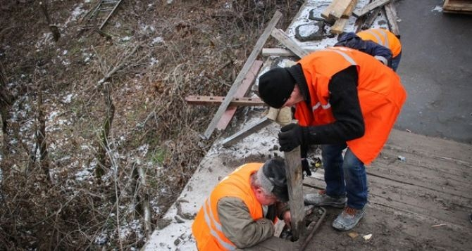 На КПВВ в Станице Луганской провели ремонт деревянных настилов на разрушенной части моста