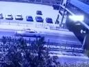 Мужчина упал с моста на машину