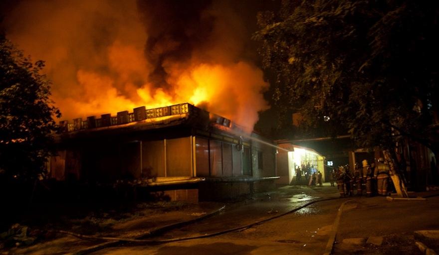 На Большой Кольцевой в Харькове сгорело кафе (видео)