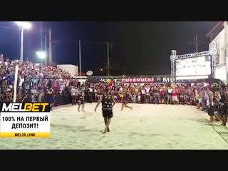 Роналдиньо играет в пляжный волейбол