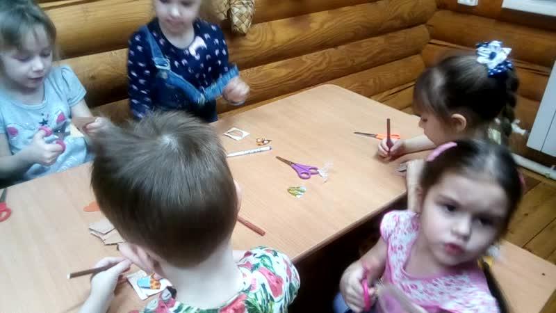 Детская фольклорная студия Боркунцы мастерская Создание берестяного дерева 1 часть нарезка листочков