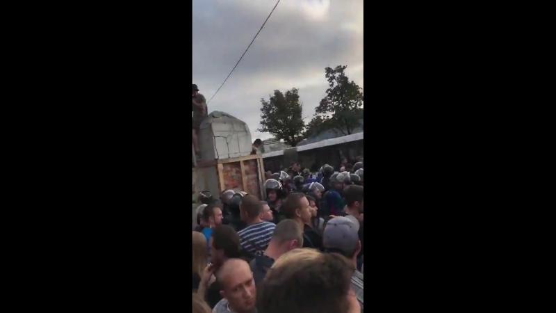 В Петербурге полиция устроила давку на Пироговской набережной, некоторым людям становится плохо.