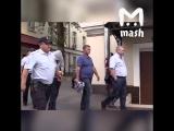 Задержанного за нападение на полицейского в Москве допросили