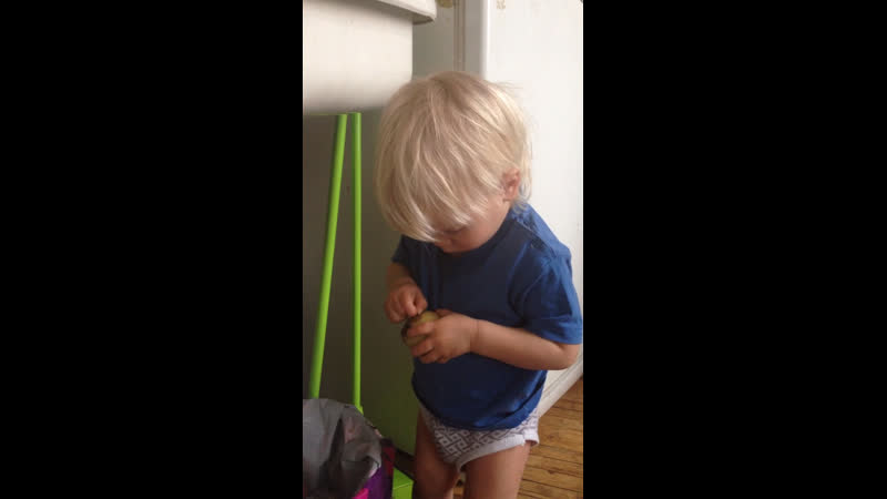 Леон чистит картошку в мундире)