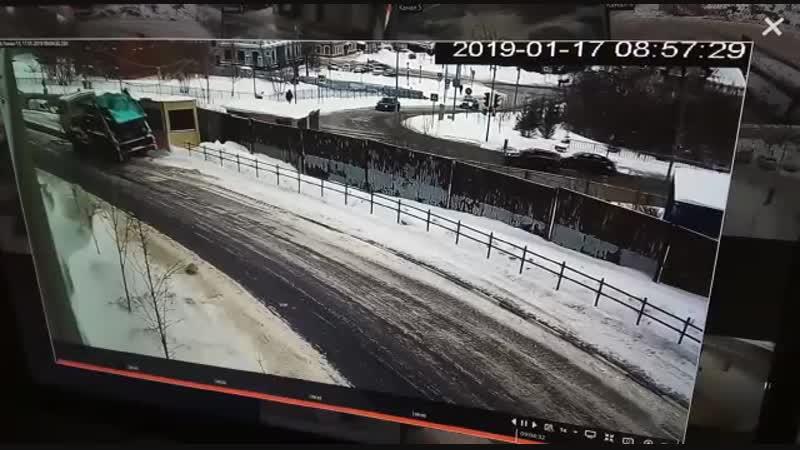 В Казани мусоровоз уехал без водителя никто не пострадал кроме шлагбаума