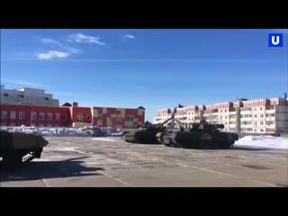 В Международный женский день экипажи танков Т-72 и Т-80 на своих боевых машинах устроили танцевальное шоу