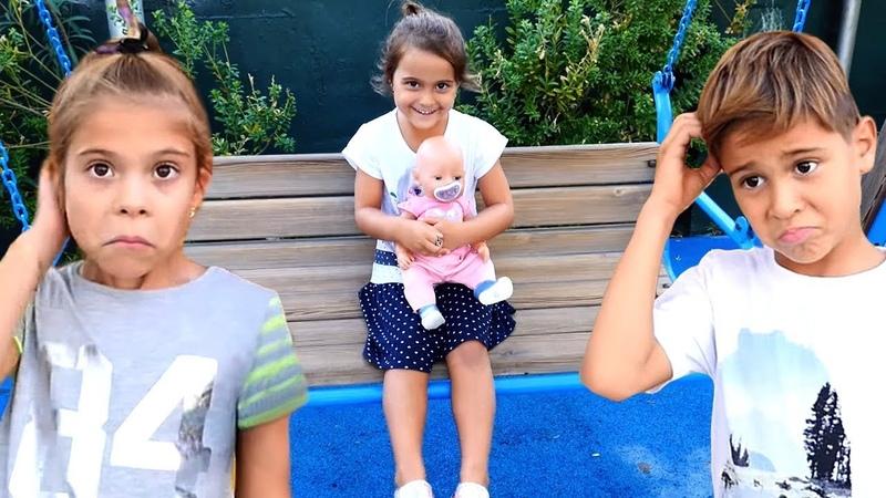Fındık ailesi bebek ile oyun parkında eğleniyor