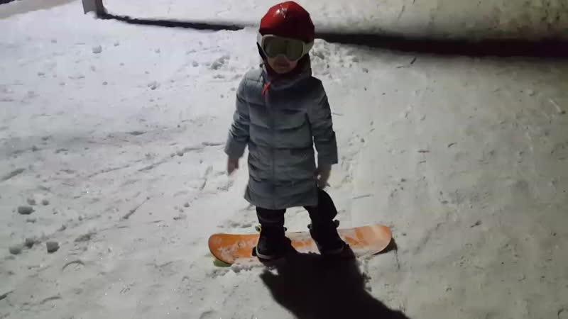 Катя впервые на сноуборде