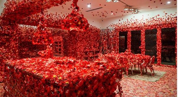 89-летняя японская художница покрыла красными цветами целую квартиру – и результат завораживает