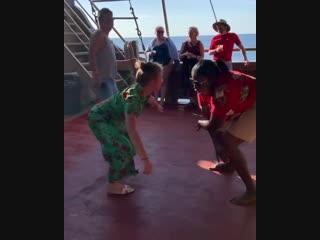 Юлия Барановская берет уроки танцев на Карибах