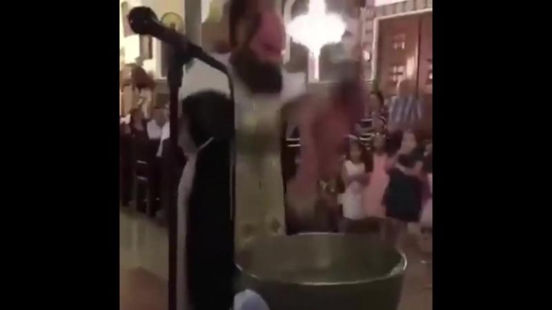 Священника обвинили в чрезмерной жестокости во время обряда крещения младенца