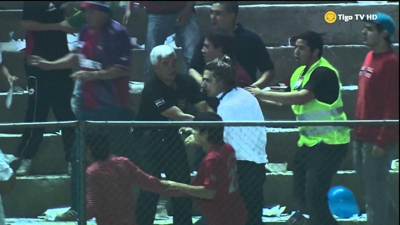 Carlos Aquiles Báez pegando en cancha de Nacional (Nacional vs. Cerro Porteño) 28/06/2013