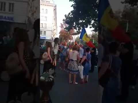 Simpatizanții lui Andrei Năstase au lovit cu picioarele în artiști ambulanți vizavi de primărie