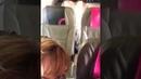 Пассажирская пара поймала любовь в середине полета.