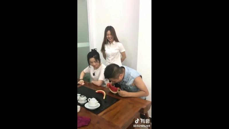Китаянка развела китайца игрой арбузом