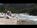 на набережной горной реки у водопадов Три сестры Дигория. 15 августа 2018 г