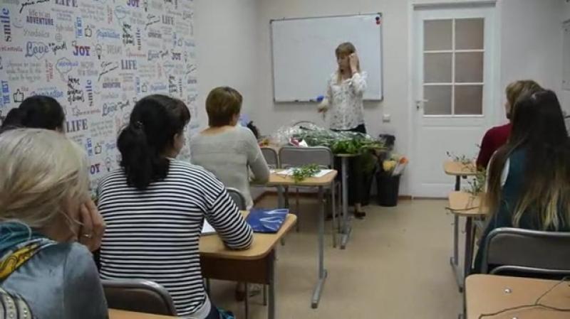 Вчера на занятии курса 🌸ФЛОРИСТИКА🌸 девушки научились технике плетения венка и в каких еще композициях используется эта техник
