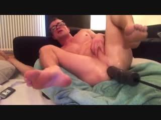 Секс-машина дуплует огромным дилдо очкарика